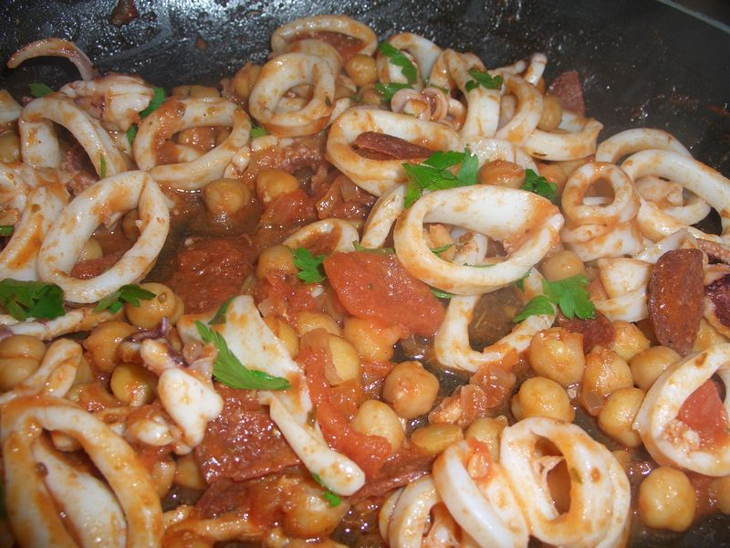 Squid with chick peas and soçuk